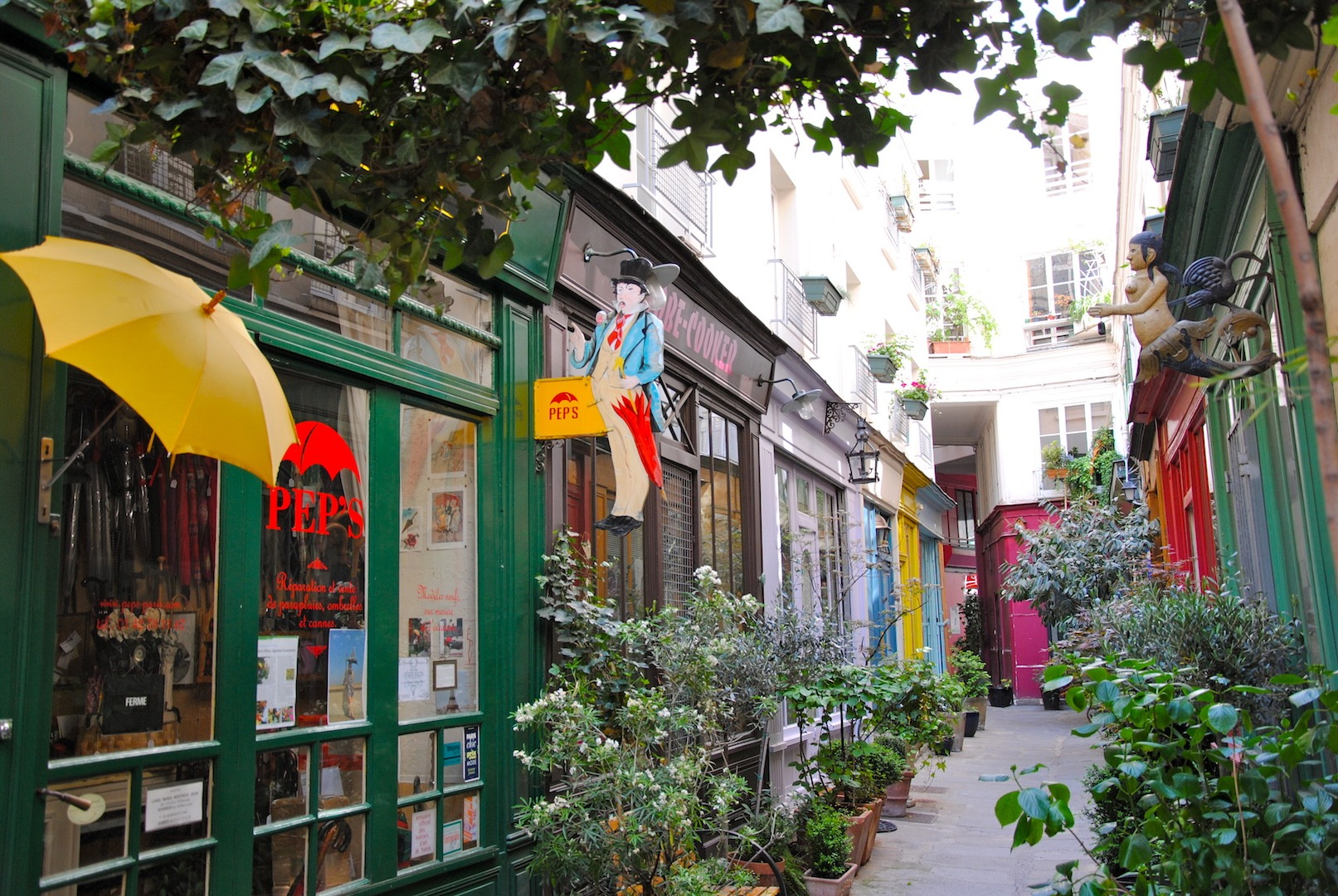 alleyway in Paris