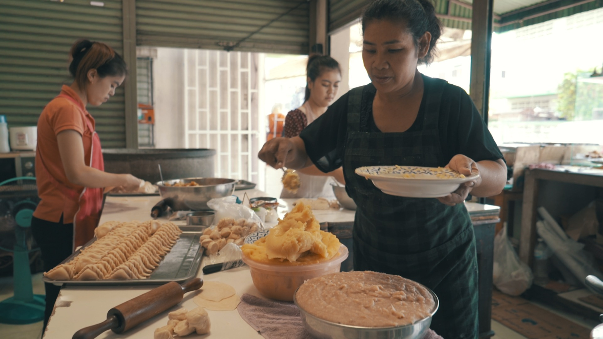 woman making curry puffs