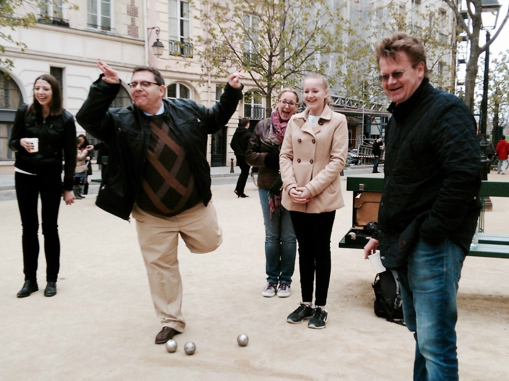 players throwing petanque balls