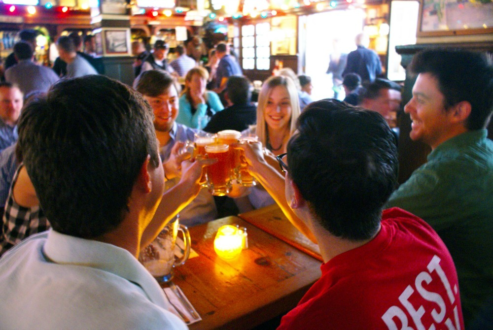 travellers cheersing beers in a Philadelphia pub