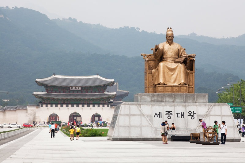 palace gate and statue in Seoul