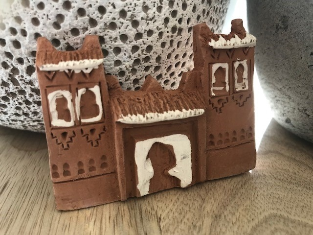 fridge magnet in the shape of a Moroccan house
