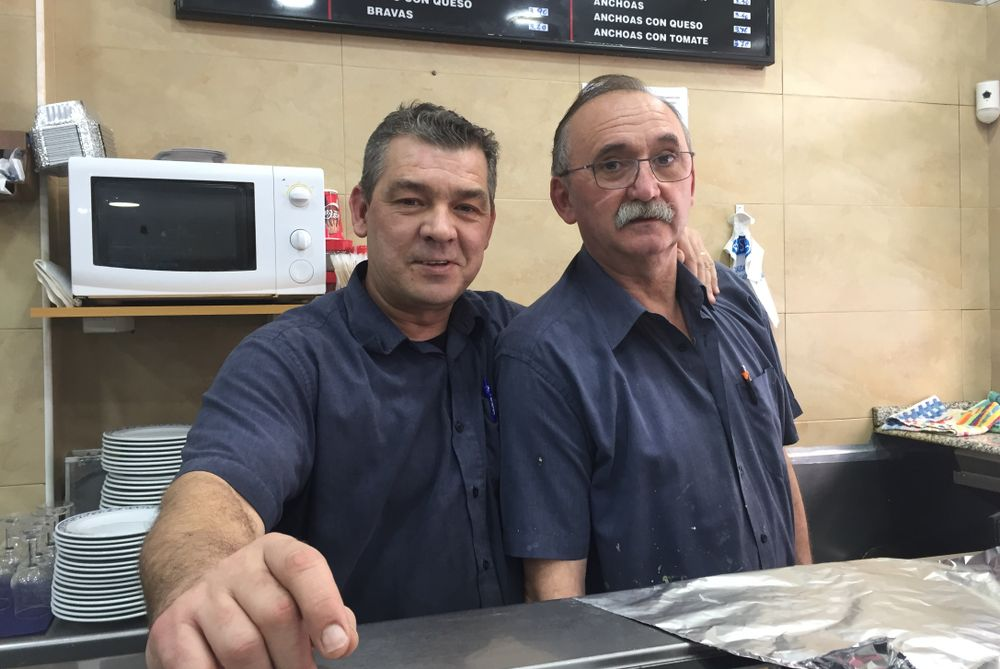 two male shop workers in Valencia